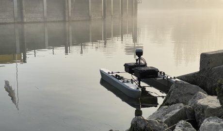 Bathymetrie-Boot auf dem See mit Nebelstimmung