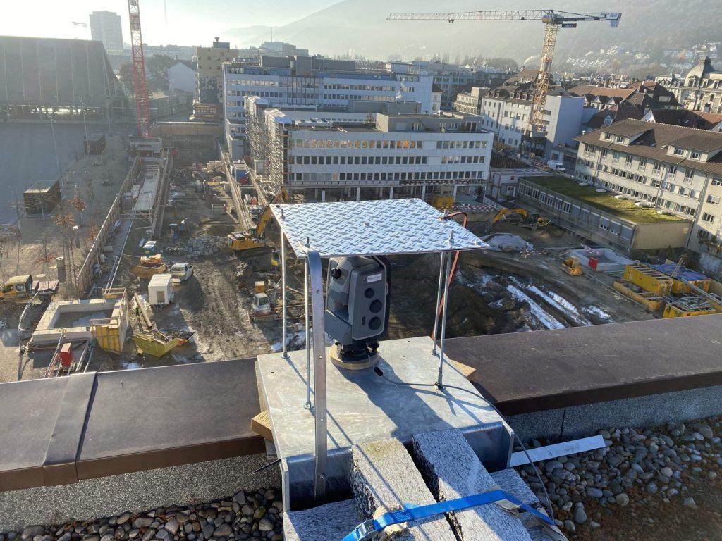 Überblick über Baustelle bei der Esplanade in Biel, im Vordergrund Tachymeter